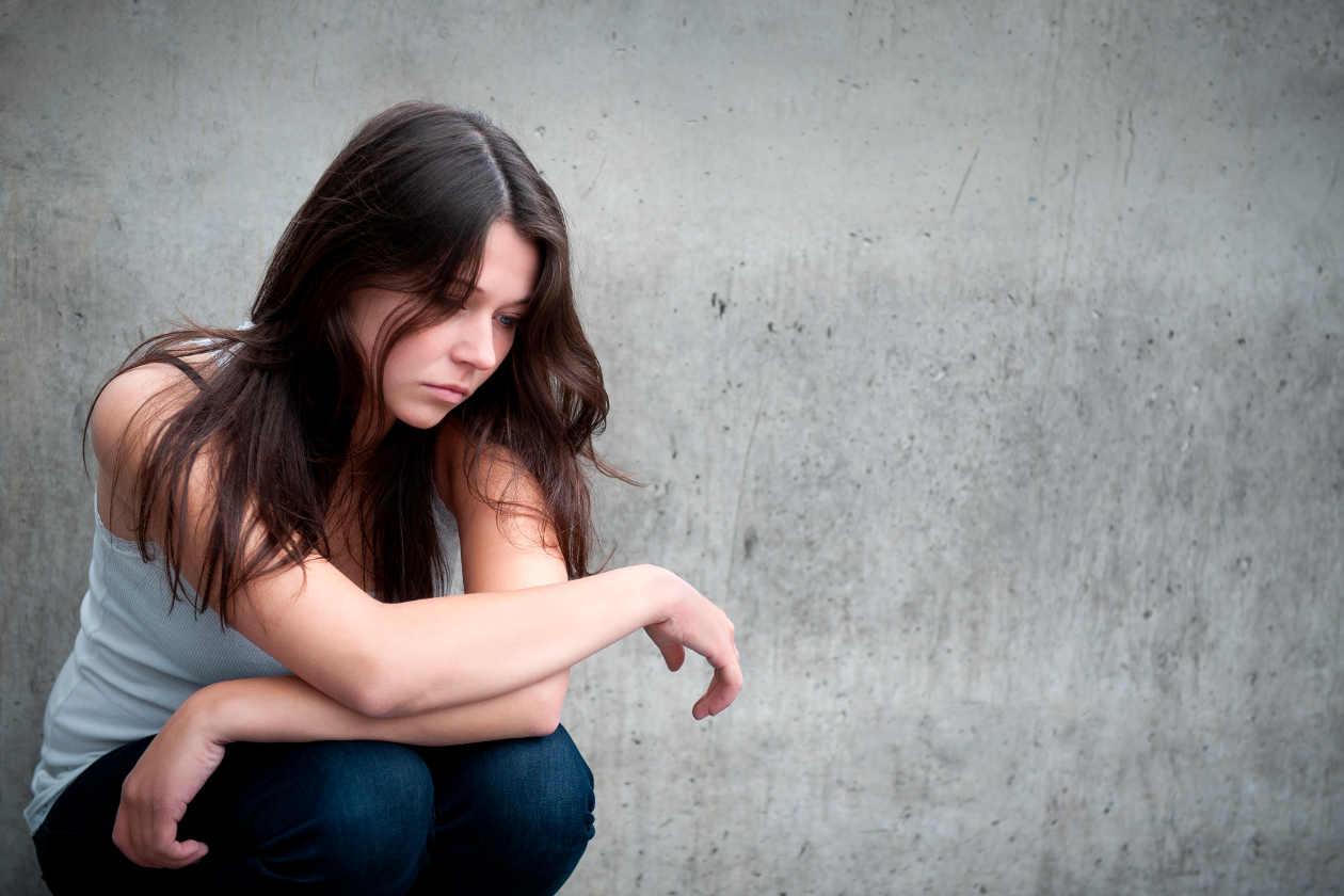 Chica triste por muerte en accidente de tráfico